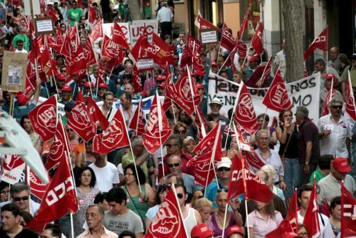 Más de un millar de personas ha protestado hoy en Palma contra los recortes.