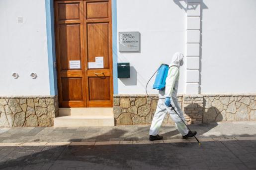 Imagen de los alrededores de la residencia geriátrica de Es Mercadal (Menorca), donde varios internos han dado positivo.