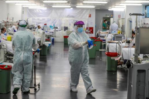 Personal sanitario, durante su jornada de trabajo en una planta del Hospital Puerta de Hierro de Madrid.