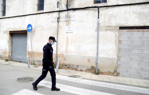 Un agente de la Policía Nacional patrulla una calle de Palma.