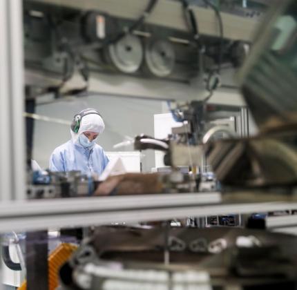 Una operaria trabaja en la planta de la empresa Bexen Medical en Hernani (Gipuzkoa).