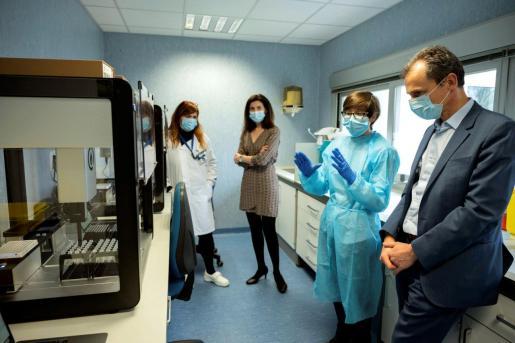 El ministro de Ciencia e Innovación, Pedro Duque (d), visitó este viernes las instalaciones del Centro Nacional de Microbiología (CNM) del Instituto de Salud Carlos III, acompañado por la directora de este, Raquel Yotti (2-i). El CNM alberga desde hace unos días un robot para la realización masiva de test PCR, con el objetivo de incrementar sustancialmente el número de pruebas de diagnóstico de Covid-19.