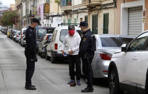 Los agentes patrullan las calles de esa barriada palmesana, feudo del clan de El Pablo, e identifican a todos los peatones con los que se encuentran. Si no tienen justificación son multados. También son cacheados para comprobar qué llevan entre sus ropas.