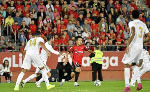 Take controla un balón en el partido de la primera vuelta entre el Mallorca y el Madrid.