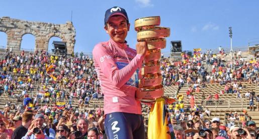 Richard Carapaz, ganador del Giro 2019, con su trofeo.