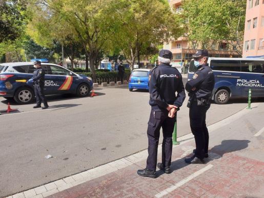 Los agentes vigilan que se cumple el estado de alarma en Palma