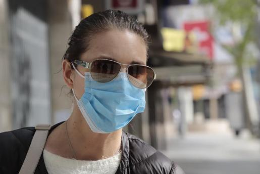 Una mujer con mascarilla para hacer frente al coronavirus.