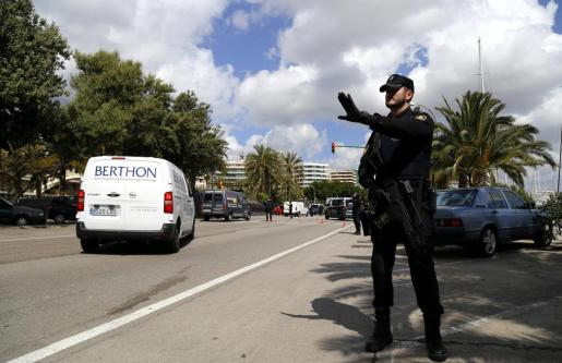 Un agente de la Policía Nacional durante un control en Palma.
