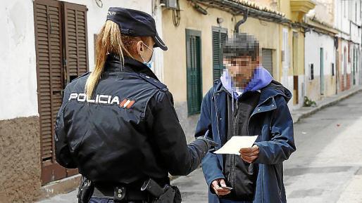 Sanciones. A pesar de las restricciones, los agentes de la Policía Nacional y Policía Local de Palma, tienen que sancionar a numerosos ciudadanos por incumplir la cuarentena.
