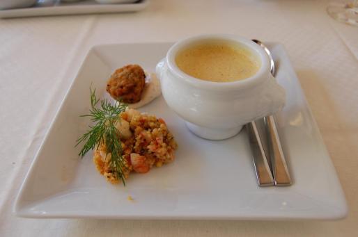 Un exquisito entrante del restaurante Molí des Torrent: Sopa de zanahoria con jengibre, albóndiga de olivas y cous cous.