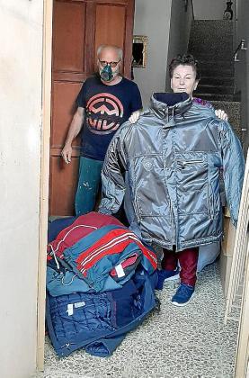 María Salvá nos muestra una de las chaquetas y uno de los paquetes con ropa que dona a Tardor.