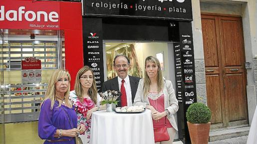 Fina Martínez, Patricia, Pedro y Estefanía Miró, ante la puerta del establecimiento.