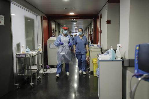 Personal sanitario en primera línea de contención del coronavirus en el hospital de Son Espases.