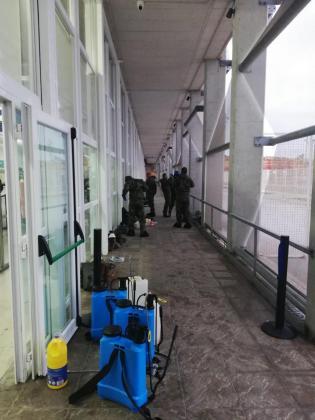Los militares, procediendo a descontaminar las instalaciones del puerto exterior de Ciutadella.