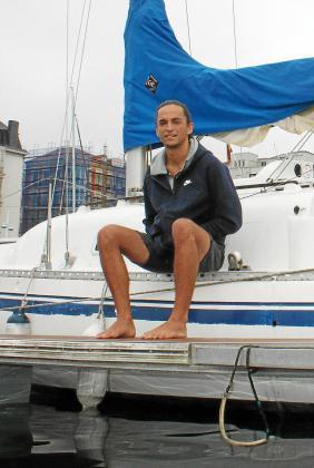 Gabi sentado en su barco, ve las horas pasar, rodeado de incertumbre.