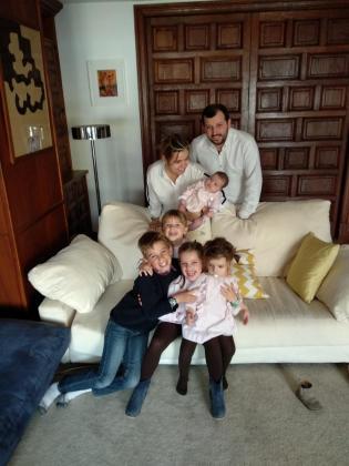 Imagen de la familia Morell en el saló de su casa donde Guillermina sujeta a Mariana junto a Bernardo y en el sofá sonrientes posan Mercedes, Tomás, Guillermina y Pepa.