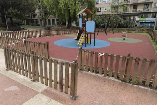Imagen de un parque infantil de Palma, cerrado y sin niños.