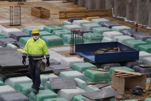 Un obrero trabaja este lunes en la obra de un edificio de viviendas de nueva construcción en Madrid.