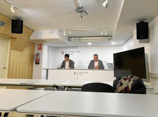 El conseller Negueruela y el director general de Model Econòmic, Llorenç Pau, ayer en la sala de prensa desierta.