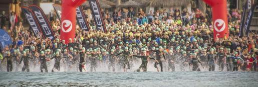 Imagen de la salida del Challenge de Peguera, triatlón disputado en el municipio de Calvià.