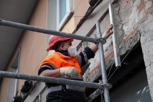 Trabajadores de la construcción protegidos con mascarillas.