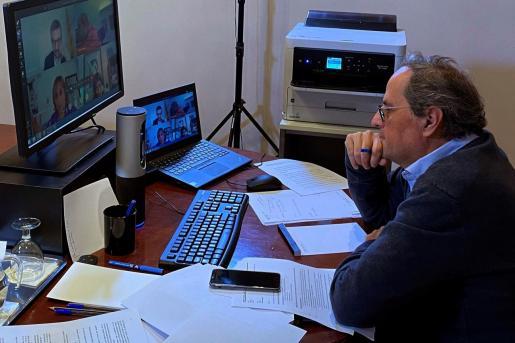 Fotografía facilitada por la Generalitat de su presidente, Quim Torra, durante la reunión telemática de este domingo con el presidente del Gobierno.