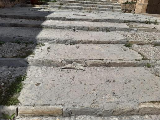 Detalle de varios desconchados en la escalinata del Calvari.