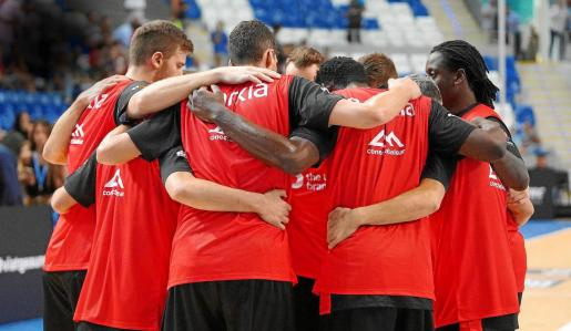 Los jugadores del B the travel brand Mallorca Palma hacen piña antes de un partido.