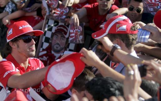 DEP78. VALENCIA, 21/06/2012.- El piloto español de Ferrari, Fernando Alonso, firma autógrafos en el Circuito Urbano de Valencia con motivo del Gran Premio de Europa de Formula 1 que se disputa este fin de semana EFE/Kai Försterling PREPARATIVOS PARA EL GRAN PREMIO DE EUROPA EN EL CIRCUITO URBANO DE VALENCIA