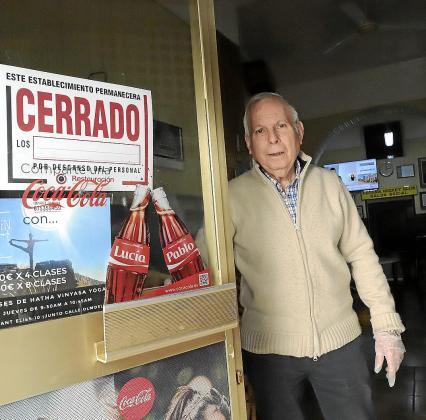 Mateu Martorell, propietario de Can Vinagre, se asoma al exterior.