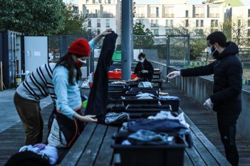 Voluntarios seleccionando material en Francia.