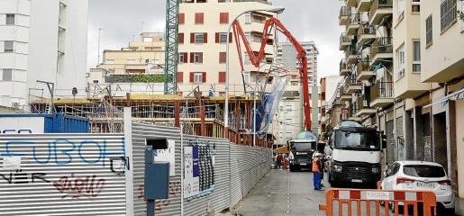 Varios trabajadores con mascarilla, en una obra en Palma. Las medidas de protección no se vieron en todas las obras.