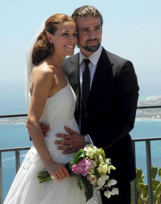 La presentadora española de televisión Raquel Sánchez Silva (izda) posa junto a su ya marido, el operador de cámara italiano Mario Biondo, durante su boda en Taormina en la isla de Sicilia.