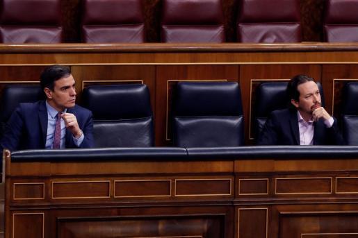 El presidente del Gobienro, Pedro Sánchez, y el vicepresidente segundo, Pablo Iglesias, durante la primera sesión de control al Ejecutivo.