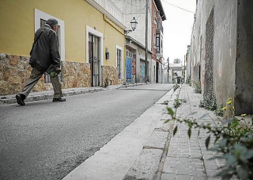Un paseante por la calle Infanta. Es una de las calles del barrio donde ni siquiera en días normales hay mucha gente caminando.