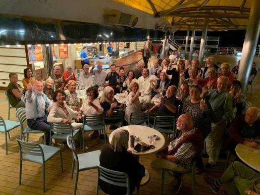 La veintena de mallorquines celebreron este miércoles la noticia en una de las cubiertas del buque que da la vuelta al mundo.
