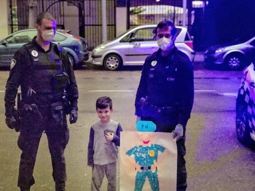El niño posa con dos agentes municipales a quienes hizo entrega de su 'obra'.