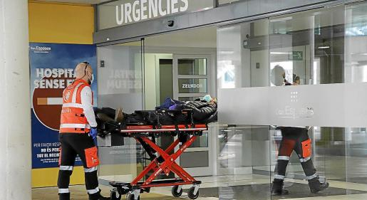 Los servicios sanitarios entraban este lunes a un paciente a Urgencias de Son Espases.