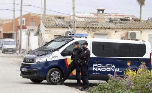 Una patrulla de la Policía Nacional, en el poblado de Son Banya durante el decreto de alarma.