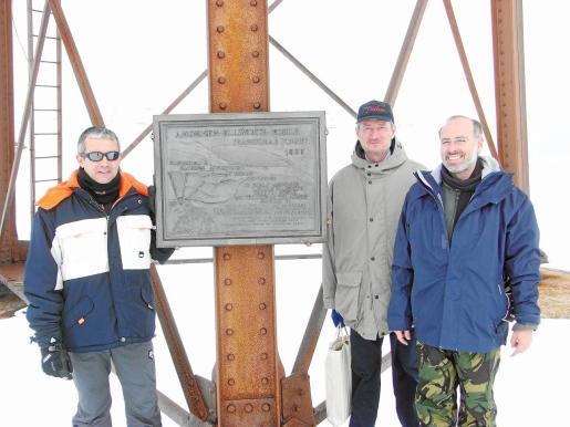 Ignacio Rossich, Pedro Vizcarro y Antonio Cerezo, junto a la placa de homenaje a los aventureros Amudsen y Nobile.