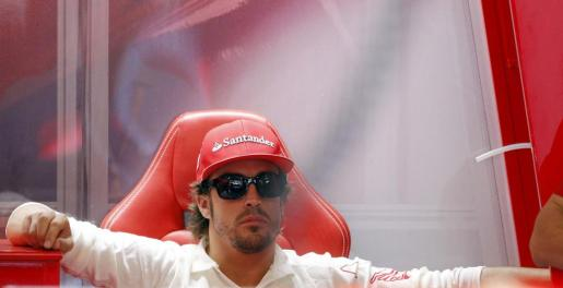 El piloto español Fernando Alonso (Ferrari) descansa tras finalizar la tercera y última sesión de entrenamientos libres.