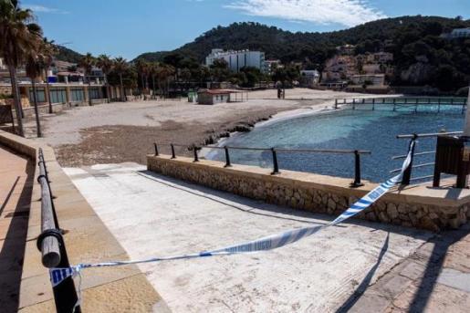 La playa de Camp de Mar, vacía debido al confinamiento por el coronavirus.