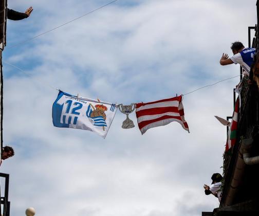 Unas banderas de la Real Sociedad y el Athletic ondean este sábado en la Parte Vieja de San Sebastián.