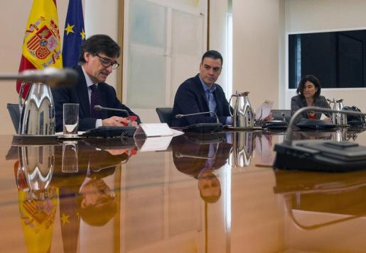 Madrid (Spain), 15/04/2020.- A handout photo made available by the Spanish government shows Prime Minister Pedro Sanchez (C), Health minister Salvador Illa (R) and Regional Politics Minister Carolina Darias (L) during the Scientific Committe meeting for the coronavirus situation, at the Moncloa Palace in Madrid, Spain, 18 April 2020. (España) EFE/EPA/J.M. Cuadrado / HANDOUT HANDOUT EDITORIAL USE ONLY/NO SALES Scientific Comitte for coronavirus situation