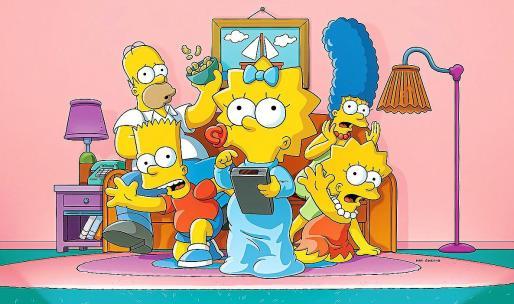Imagen de la mítica familia Simspon, reunida en el ya legendario sofá de su casa en Springfield.