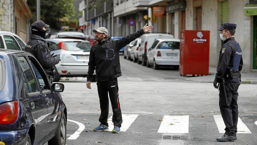 Un hombre es identificado por dos policías y le preguntan el motivo de su presencia en las calles a esa hora.