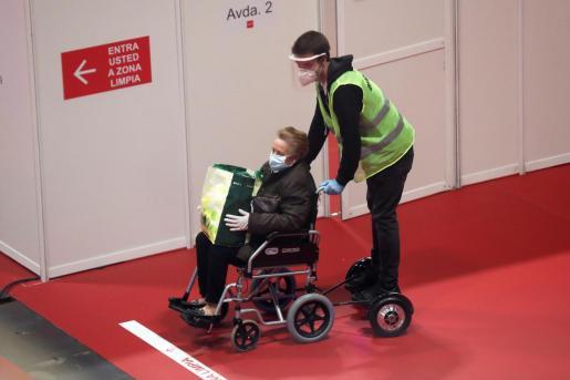 Una enferma del pabellón 9 abandona el hospital de campaña al recibir el alta médica tras superar el coronavirus, este sábado en las instalaciones de Ifema, en Madrid.