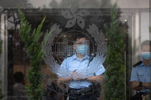 Un agente de la policía en unas instalaciones oficiales de China.