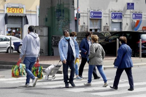 Personas caminando por la calle en Milán en plena pandemia.