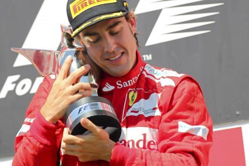 El piloto español de la escudería Ferrari de Fórmula Uno, Fernando Alonso, celebra la victoria conseguida en el Gran Premio de Europa.